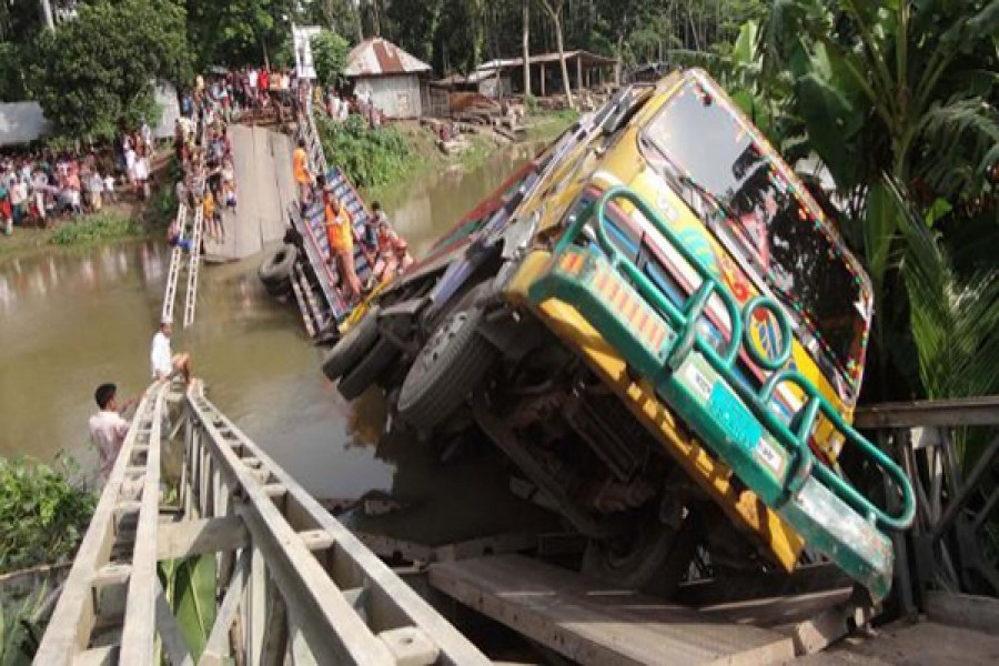 Bailey bridge collapses in Pirojpur, commuters suffer