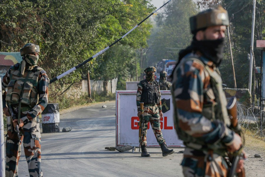 Indian army soldiers guard outside the base camp which was attacked by suspected militants at Baramulla, northwest of Srinagar, Indian controlled Kashmir, Monday, Oct. 3, 2016. (AP photo)