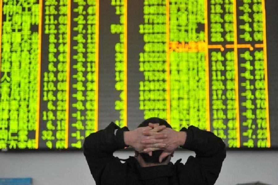 An investor looks at an electronic screen at a brokerage house in Hangzhou, Zhejiang province, January 26, 2016. Reuters/File Photo