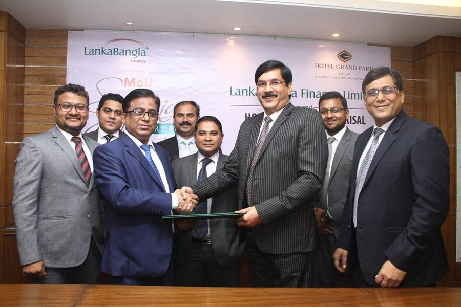 Khurshed Alam (L), Head of Retail Finance of LBF and Mahboob Alam, General Manager of Hotel Grand Park signed the MoU on behalf of their respective organisations.