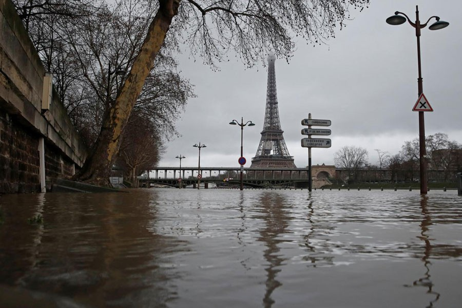 View of the flooded banks of the River Seine near the Eiffel tower in Paris, France, after days of almost non-stop rain caused flooding in the country, January 23, 2018. (REUTERS)