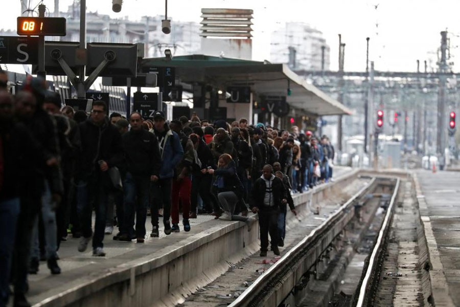 Commuters walk on a platform at Gare de Lyon train station in Paris during a nationwide strike by French SNCF railway workers, France, April 3, 2018. Reuters.