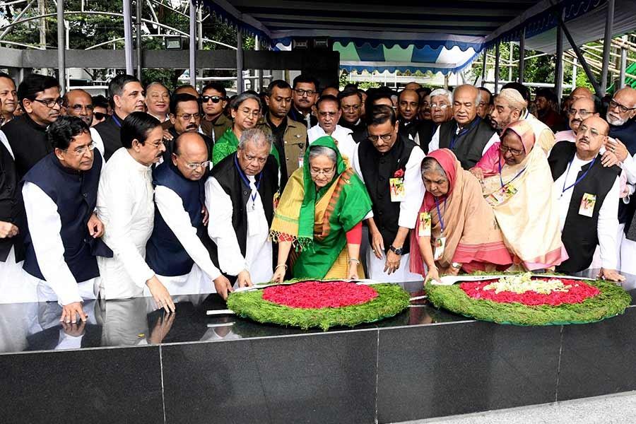 Prime Minister Sheikh Hasina along with party leaders placing wreath at the portrait of Bangabandhu Sheikh Mujibur Rahman at Dhanmondi in Dhaka on Saturday. -Focus Bangla Photo