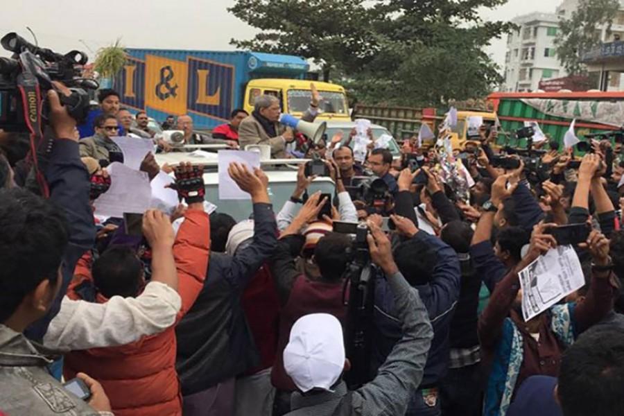 Bangladesh Nationalist Party secretary general Mirza Fakhrul Islam Alamgir addresses a wayside rally at Daudkandi on Wednesday. Photo: UNB