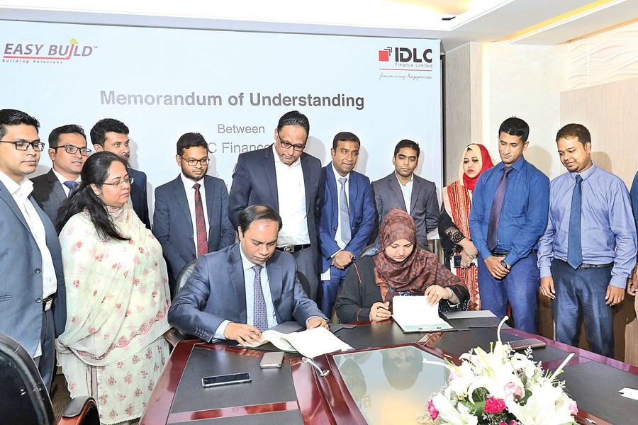 Jamal Uddin, Deputy Managing Director, IDLC Finance Limited, and Uzma Chowdhury, Director (Corporate Finance) of PRAN-RFL Group, signing an agreement at the head office of IDLC recently