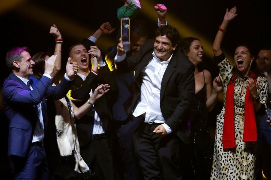 Chef-owner of Mirazur restaurant Mauro Colagreco and his team react after receiving the award for Best Restaurant during the World's 50 Best Restaurants Awards at the Marina Bay Sands in Singapore, June 25, 2019 - REUTERS/Feline Lim