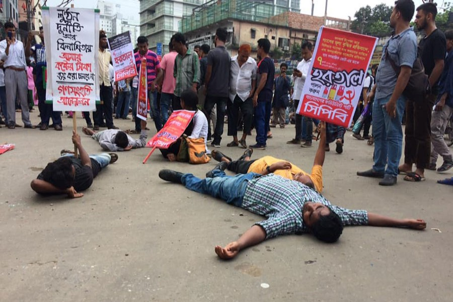 Activists of left-leaning political parties took position at Purana Paltan intersection, one of the bustling points in Dhaka city, protesting against a recent hike in gas prices during a half-day hartal across the country on Sunday. FE Photo