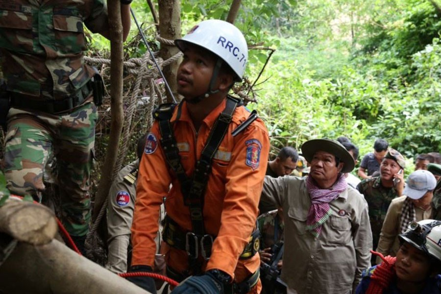 Police work to rescue Sum Bora who was trapped between rocks for almost four days in Chakry mountain jungle, Battambang province of Cambodia - Facebook photo