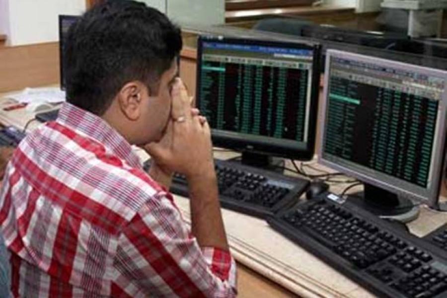 Stocks extend losses as major sectors tumble