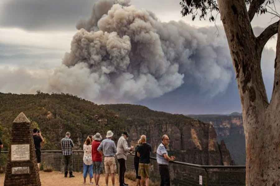 Bushfires destroy homes near Sydney