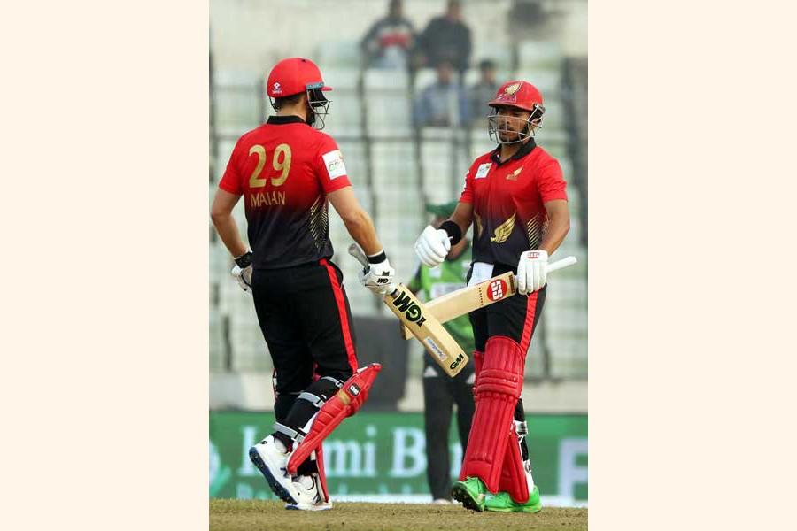 Cumilla Warriors' captain Dawid Malan and Soumya Sarkar discussing during the BBPL match against Sylhet Thunder at Sher-e-Bangla National Cricket Stadium in the city on Tuesday— BCB