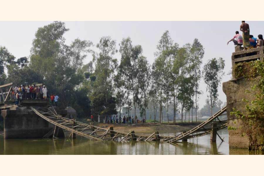 The bailey bridge over the Garamara Canal at Mahatpara village on Dhunat-Sherpur road in Bogura collapsed recently  — FE Photo