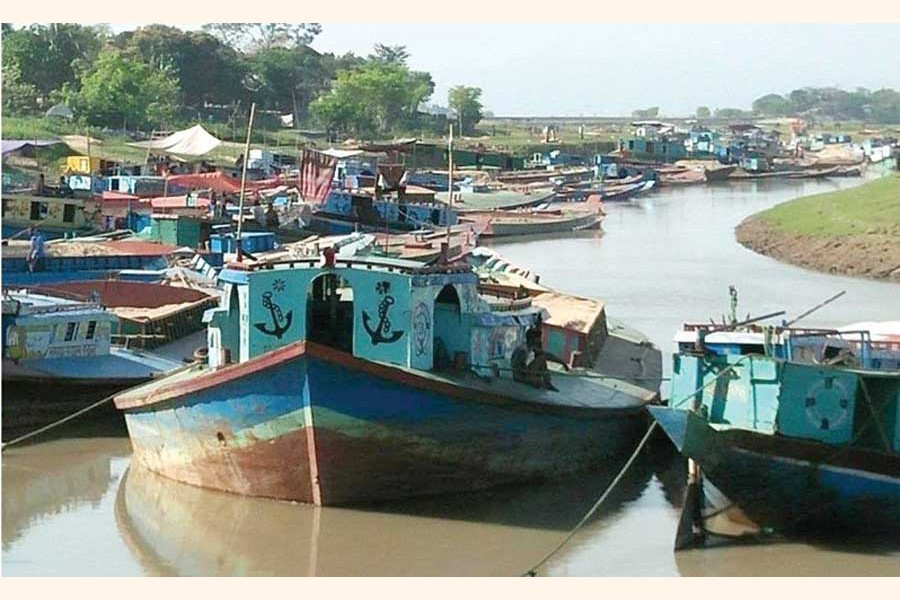 Vessels used for transporting goods to remote areas got stranded due to fall in water level in canals and small rivers in Sunamganj and Habiganj — FE Photo