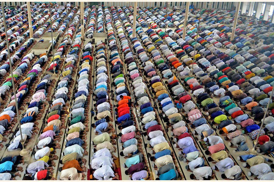 Muslim devotees are seen saying Taraweeh prayers during 2019 Ramadan. Such scene is unlikely this year due to social distancing required for preventing Covid-19.  —Photo: FE