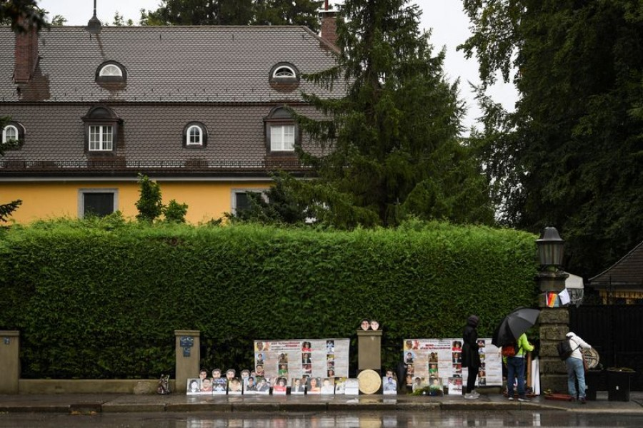 Thai activists demonstrate in front of a villa where Thai King Maha Vajiralongkorn often resides in Tutzing, Germany, September 25, 2020 — Reuters/Files